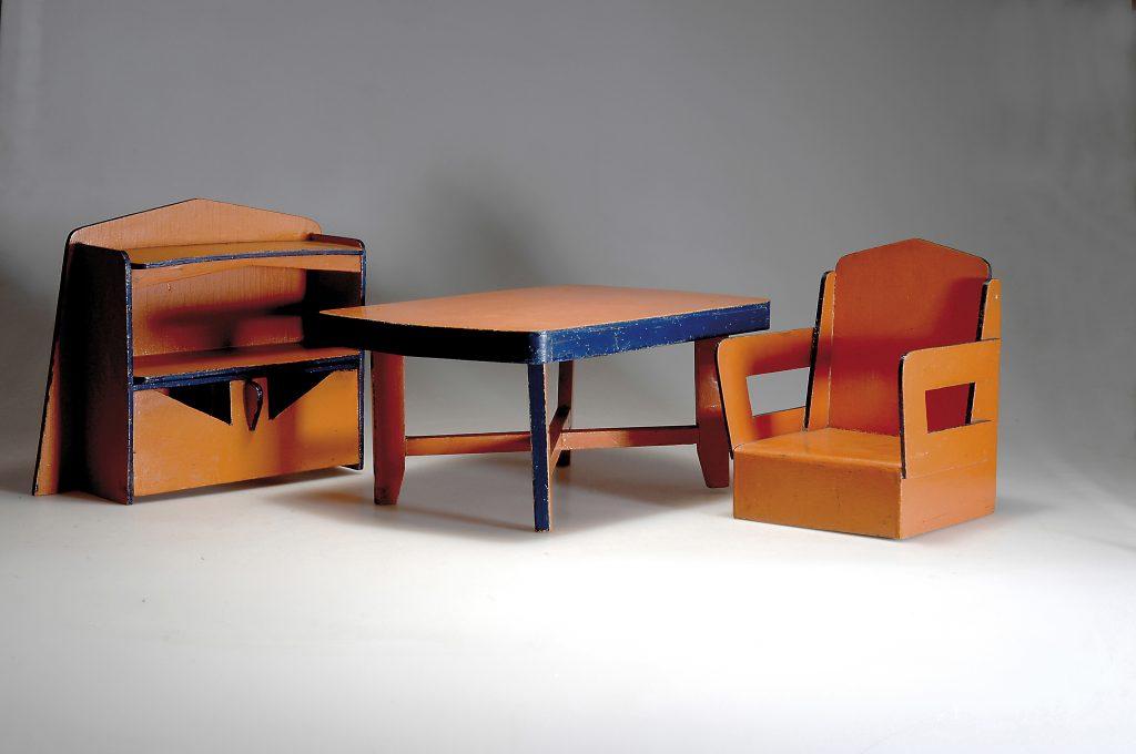 Drie houten Kabouter speelgoed meubeltjes, geveild bij veilinghuis Quittenbaum