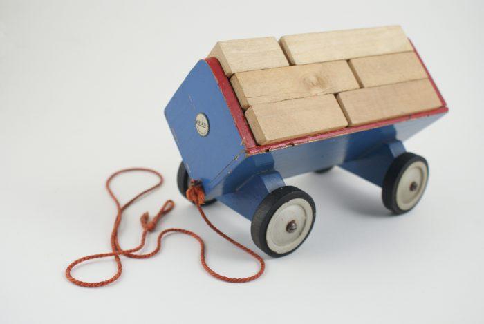 Karretje uit de vroege jaren veertig, dit ado speelgoed model wordt ook wel Wybert genoemd. Het bevat houten blokken van verschillend formaat