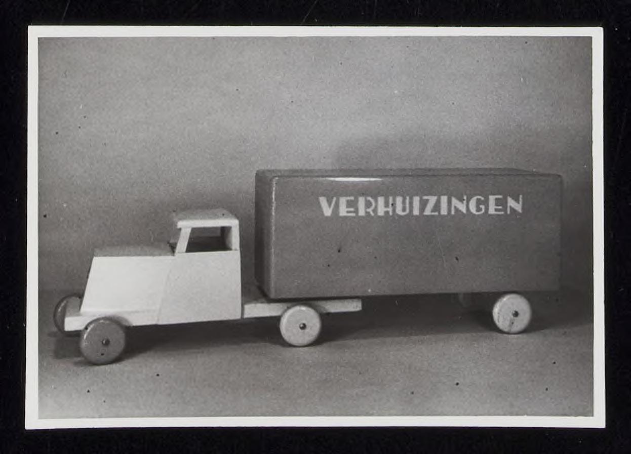 Verhuiswagen van Naber speelgoed, met een ado trekker