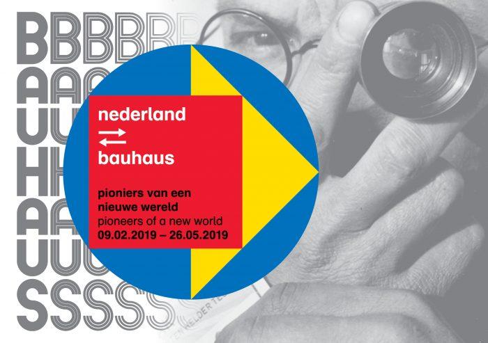 Poster van d tentoonstelling Nederland Bauhaus, waar ado speelgoed te zien was